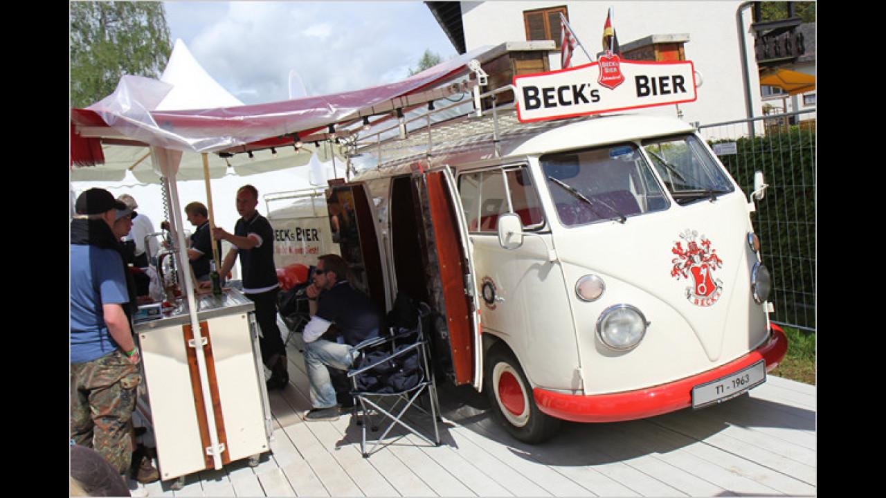 Für hungrige Tuningfans gibt es VW-Currywurst aus dem legendären Bulli