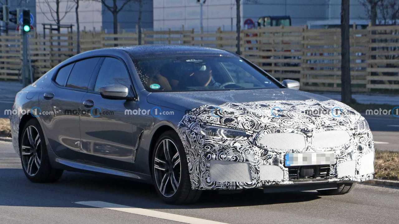 Makyajlı BMW 8 Serisi Gran Coupe'nin kamuflajlı casus fotoğrafı.