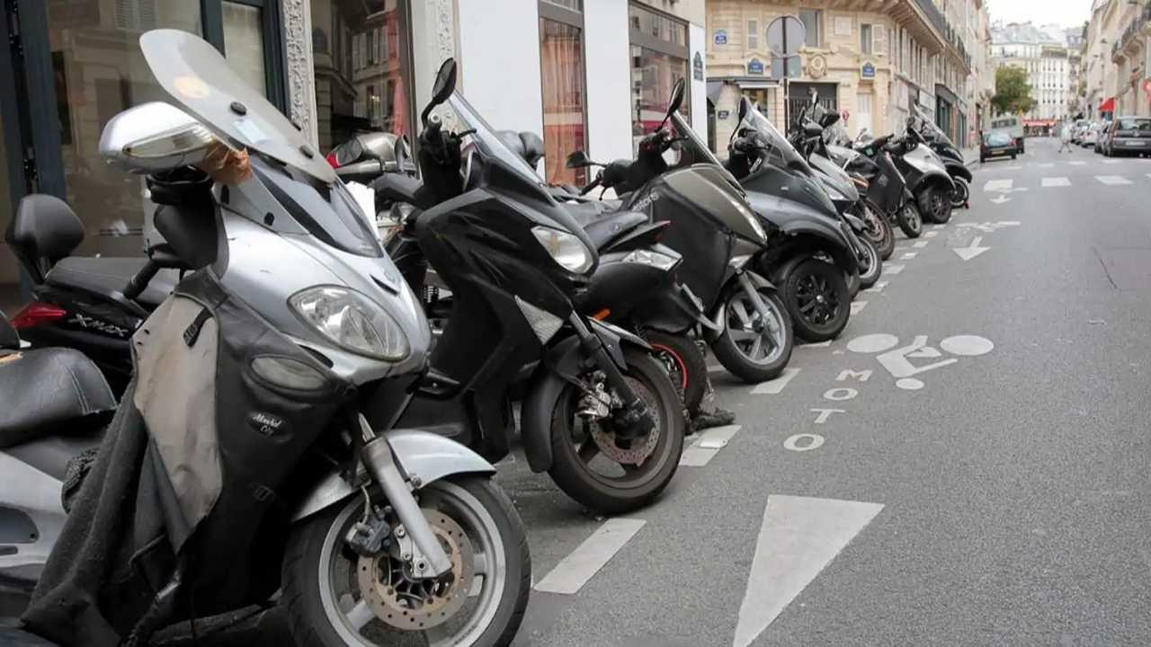 Una fila di moto in sosta a Parigi