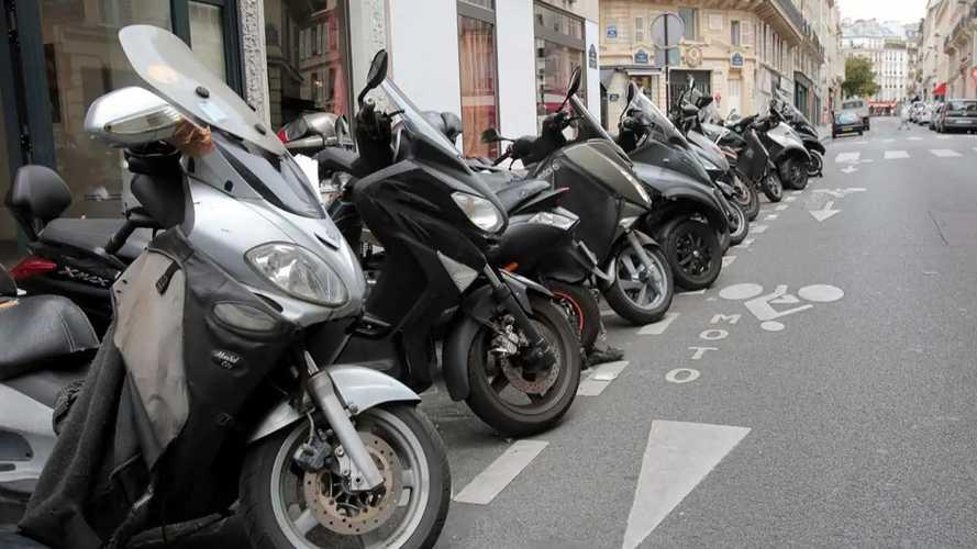 A Parigi strisce blu a pagamento per moto e scooter non elettrici