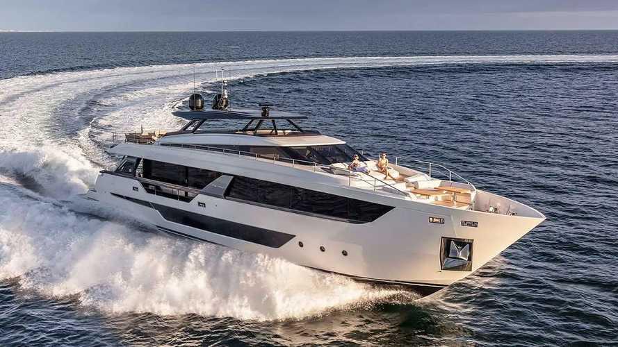 Range Rover vs Ferretti Yachts 1000