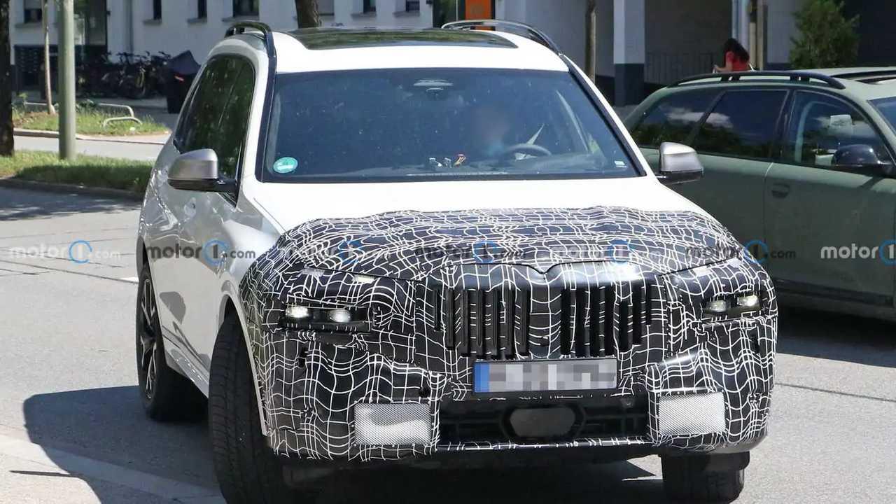 Ein weniger getarnter Erlkönig des BMW X7 mit neuer Frontpartie