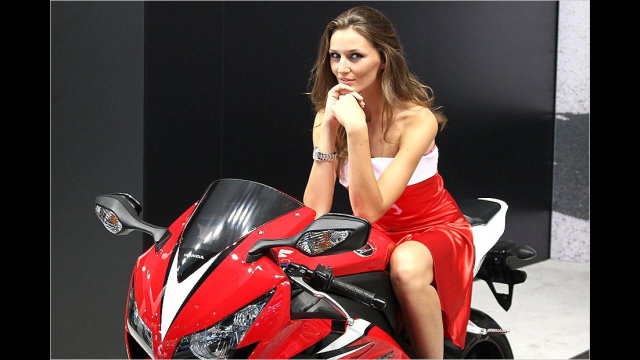 Honda ist mit ebenso schönen Zweirädern wie Zweibeinerinnen vertreten