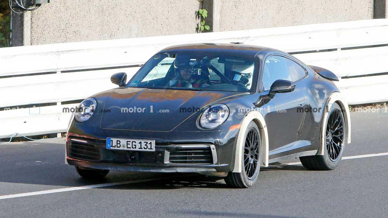 Le foto spia della Porsche 911 con assetto rialzato