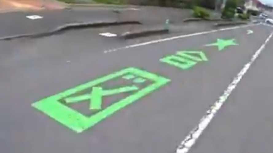 Meglepő felfestéssel segítik a japán autósokat
