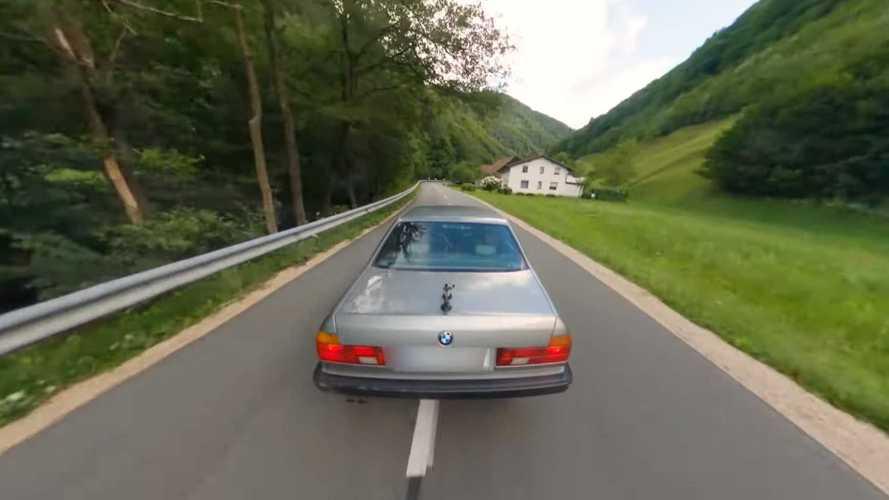 Ez a 7-es BMW E32 úgy hasít a GoPro-videón, mintha épp a Forzával játszanánk
