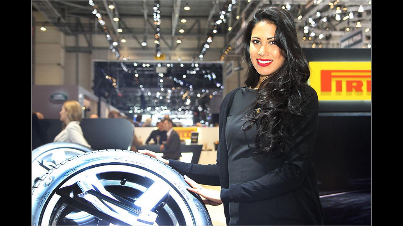 Passend zum vorgestellten Produkt ist diese Dame gewandet und frisiert. Warum müssen Reifen eigentlich immer schwarz sein? Rot wäre doch auch mal ganz nett!