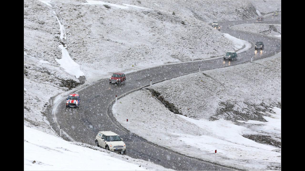 Hat es im Tal noch geregnet, wandelt sich das Wetter auf dem Jaufenpass doch tatsächlich in Schneefall – und das mitten im Mai.