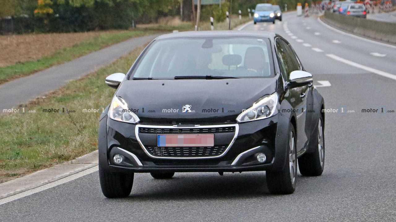 Peugeot olası 1008 SUV casus fotoğraflar