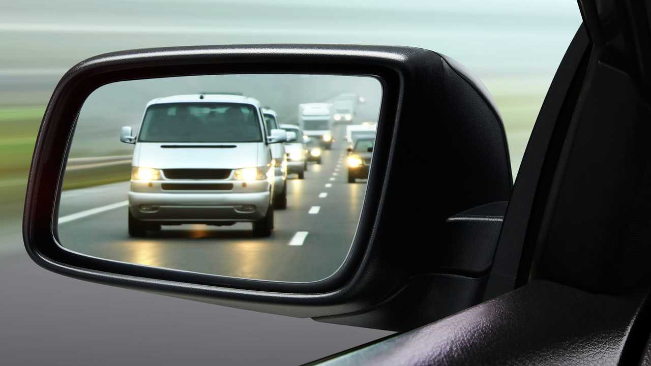 Reflection of traffic flow in side view mirror