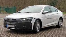 Opel Insignia (2020) Facelift: Erlkönig versteckt neues Front-Design