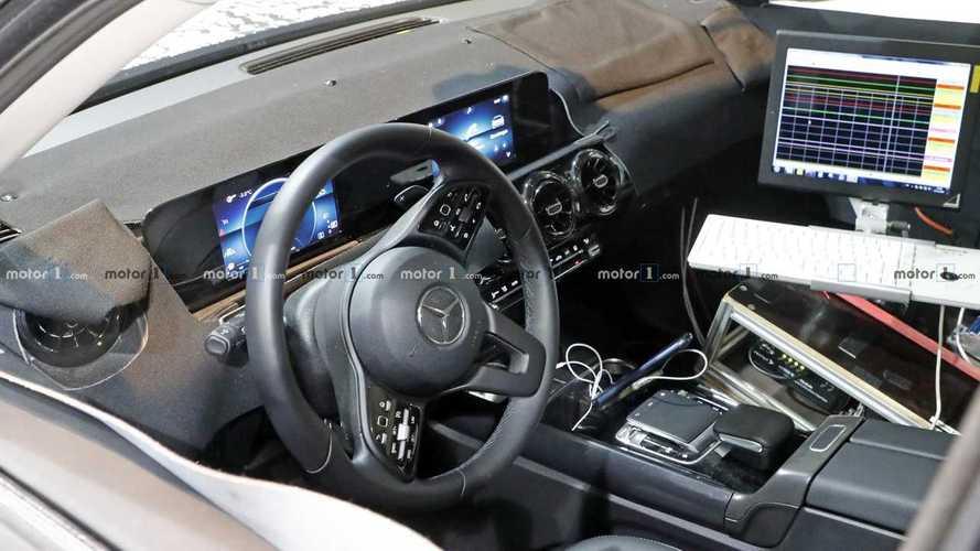Mercedes GLB foto spia dell'abitacolo