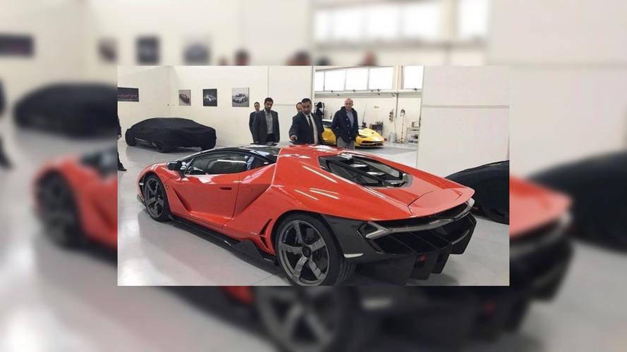 Teslim edilen ilk Lamborghini Centenario'nun renk düzeni turuncu-siyah