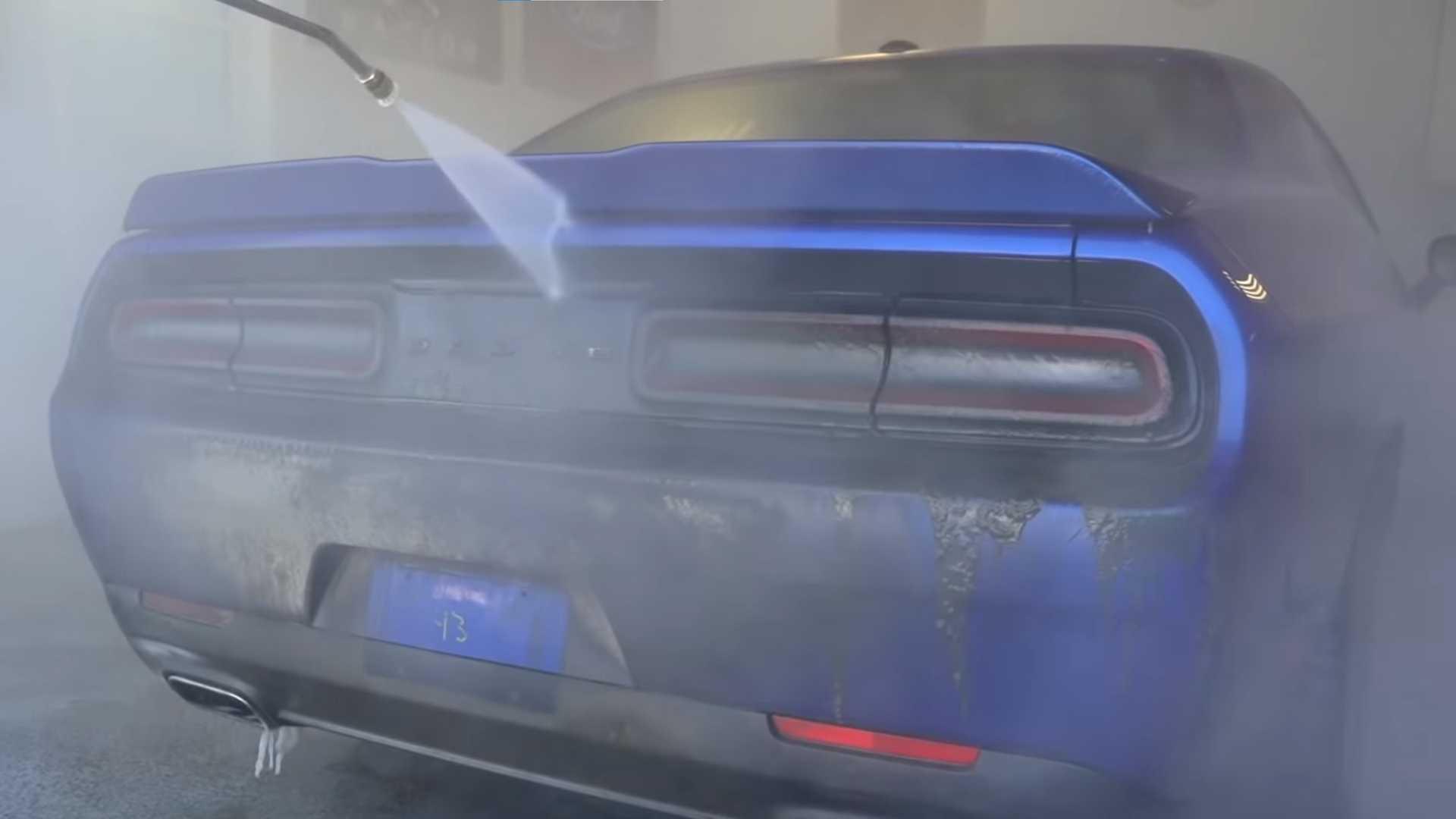 Грязный Dodge Challenger 2018 года требует много работы, чтобы снова хорошо выглядеть