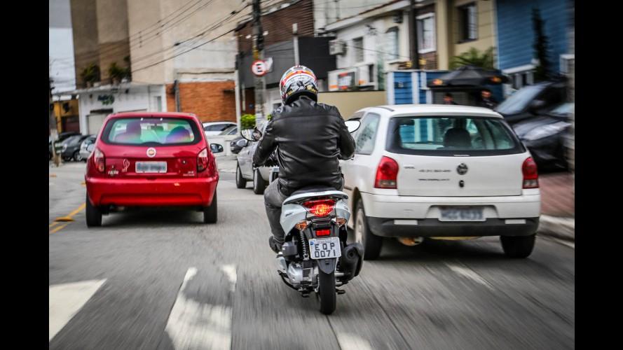 Andar no corredor é mais seguro para moto, diz estudo