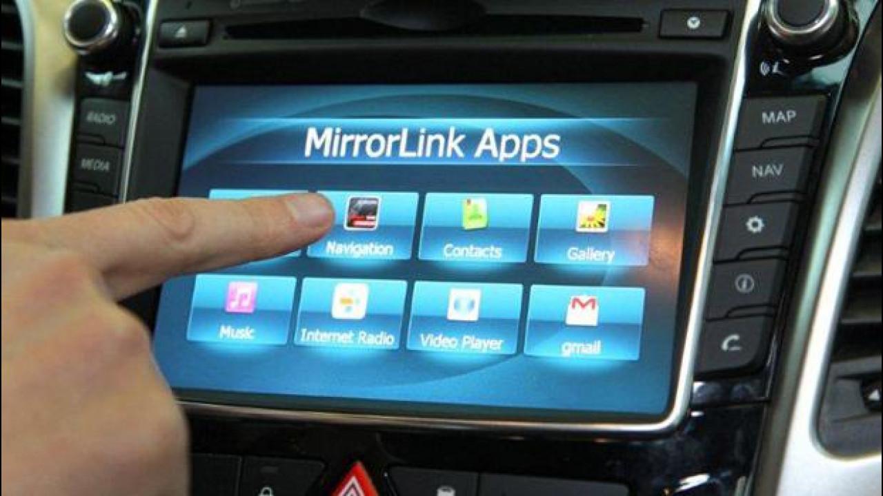 [Copertina] - Android Auto sfida ufficialmente Apple CarPlay