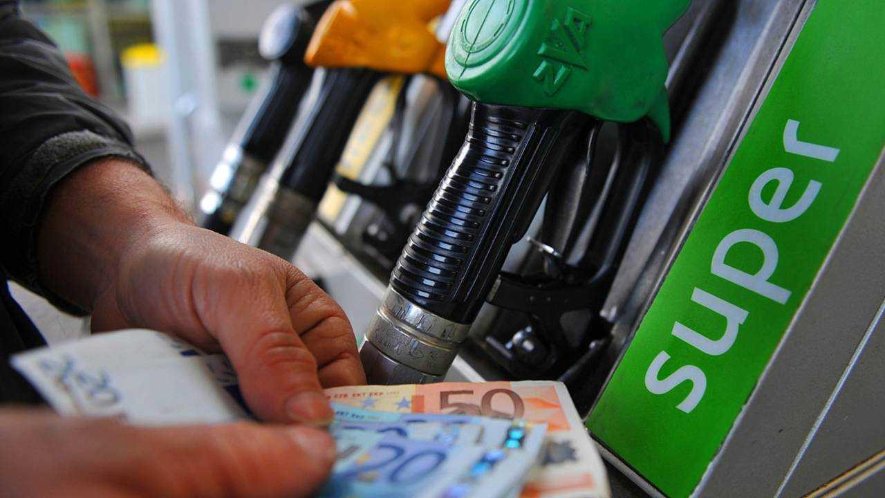 Prezzi benzina, allo studio il taglio delle accise