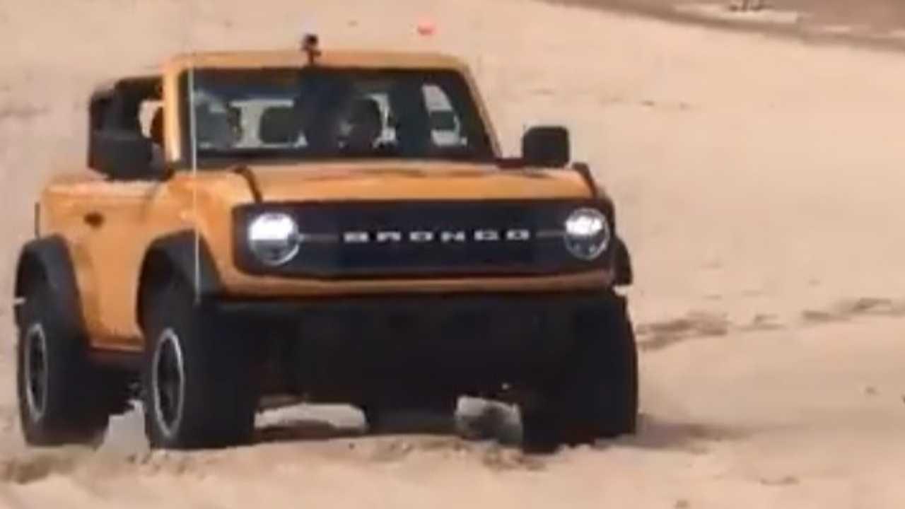 Ford Bronco tackling sand dunes