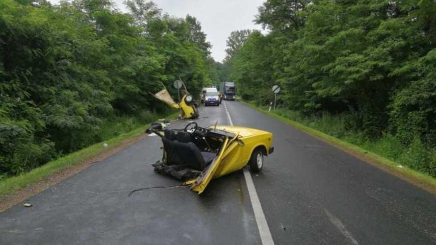 Kettészakadt egy Lada egy balesetben Nógrád megyében (videó)