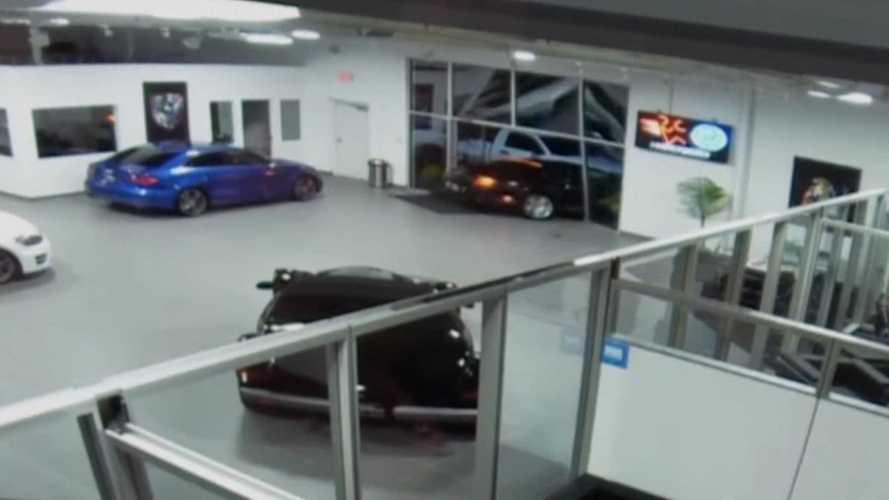 Betörték az autószalon bejáratát és elloptak egy Bentley Continental GT-t