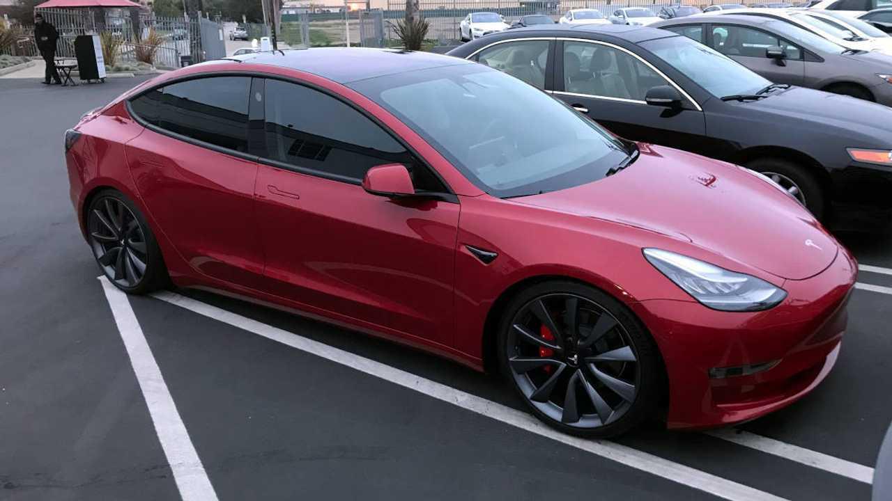 Илон Маск намекнул на еще более спортивную версию Tesla Model 3