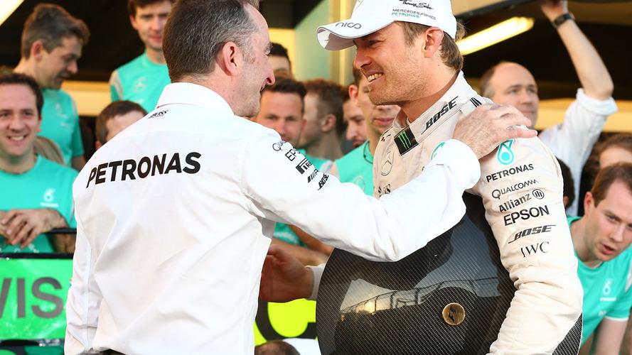 Le vainqueur Nico Rosberg, Mercedes AMG F1 fête sa victoire avec Paddy Lowe, Directeur Exécutif Mercedes AMG F1