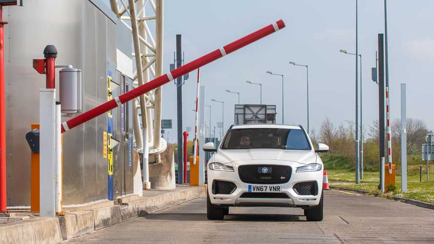 Forgalmi dugók és kátyúk jelentéséért fizetne a Jaguar Land Rover