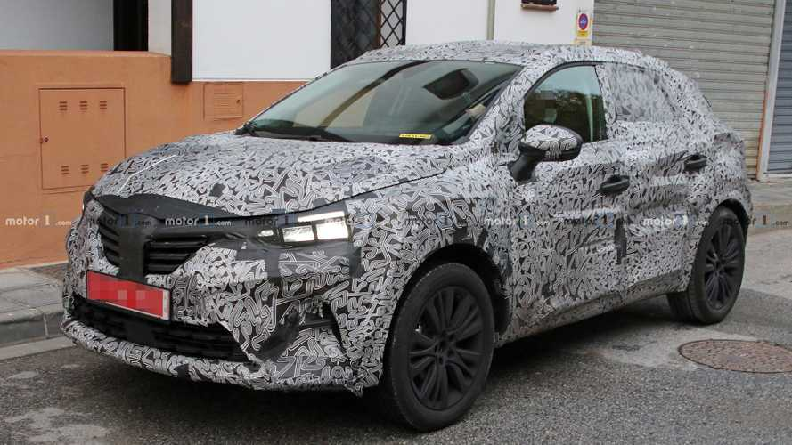 2019 Renault Captur spied trying to keep covered up