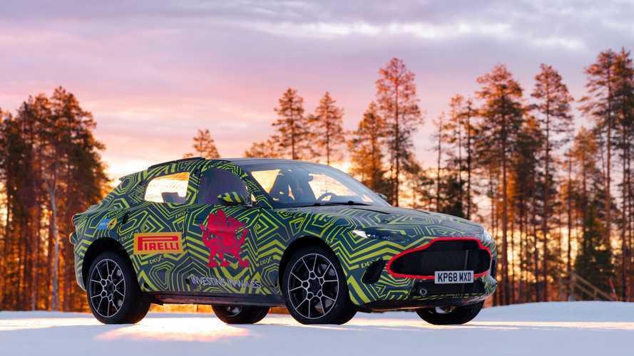 El Aston Martin DBX se divierte sobre la nieve sueca