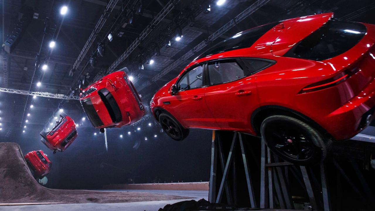 [Copertina] - Salto record con avvitamento per la Jaguar E-Pace [VIDEO]