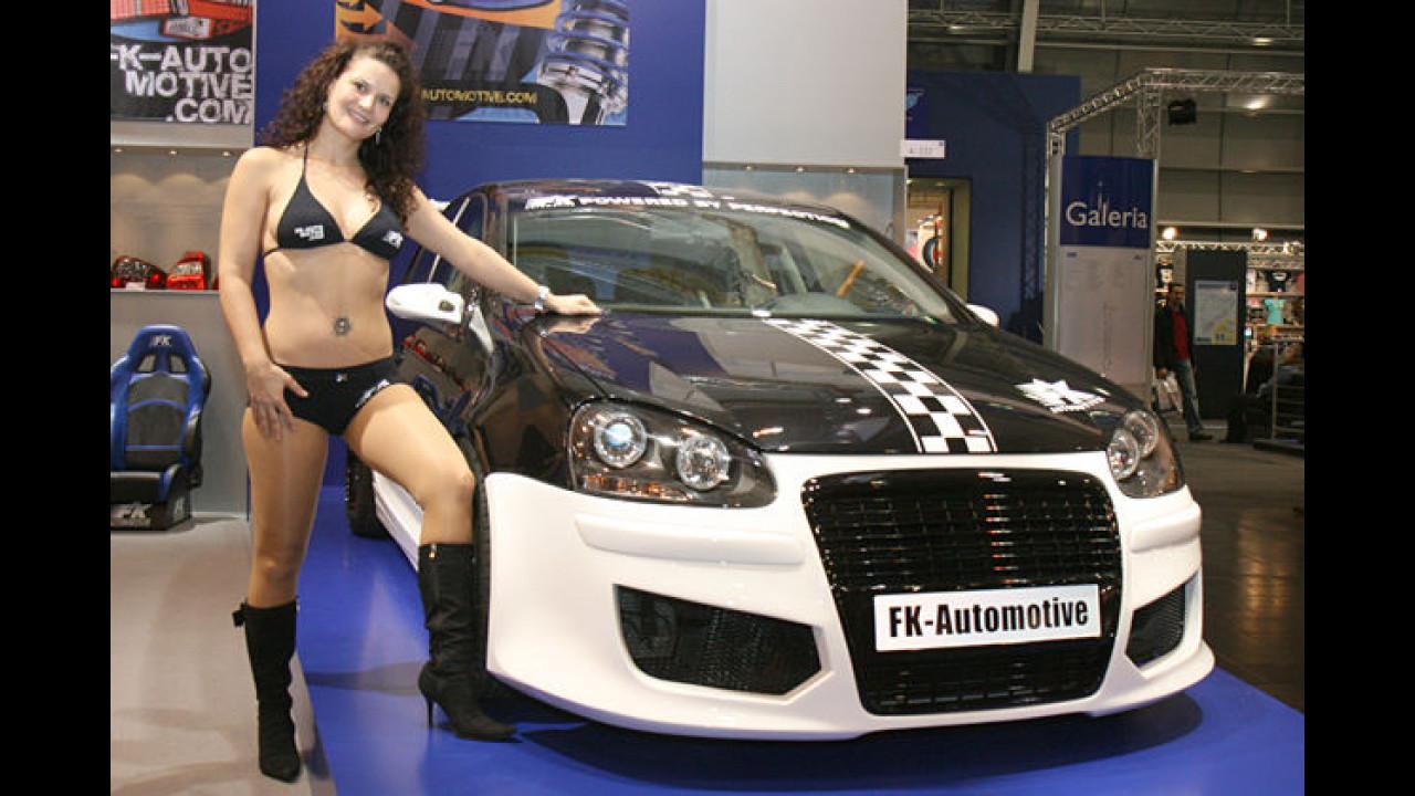 Ein Fast-FKK-Girl neben einem richtigen FK-Mobil