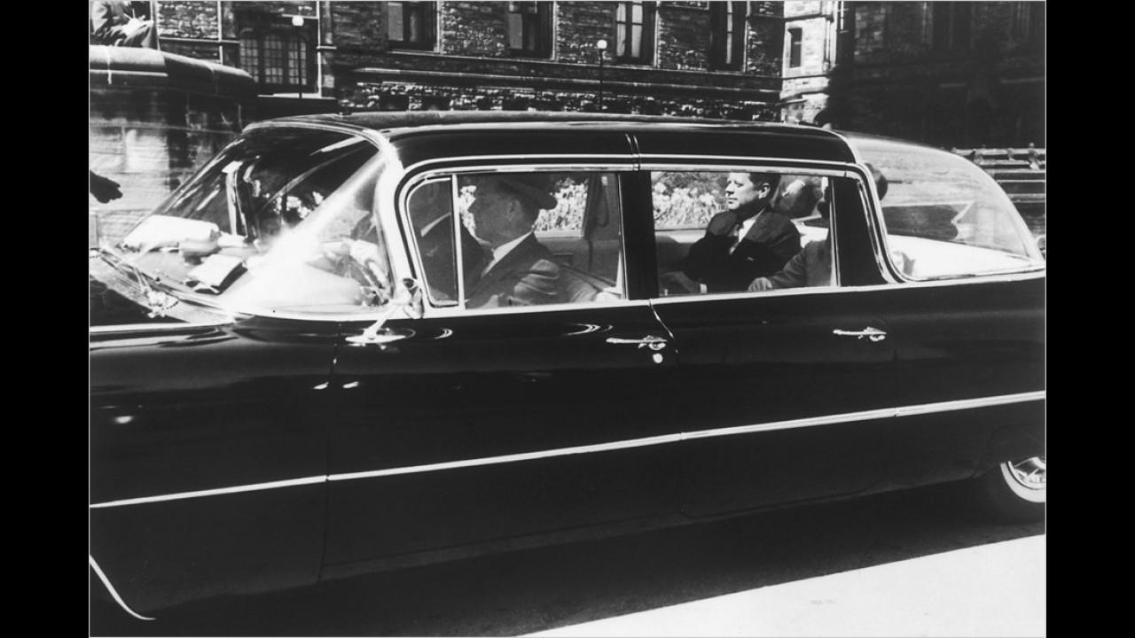 John F. Kennedy 1959 in einem Cadillac. Damals war er noch nicht Präsident, sondern nur Senator.
