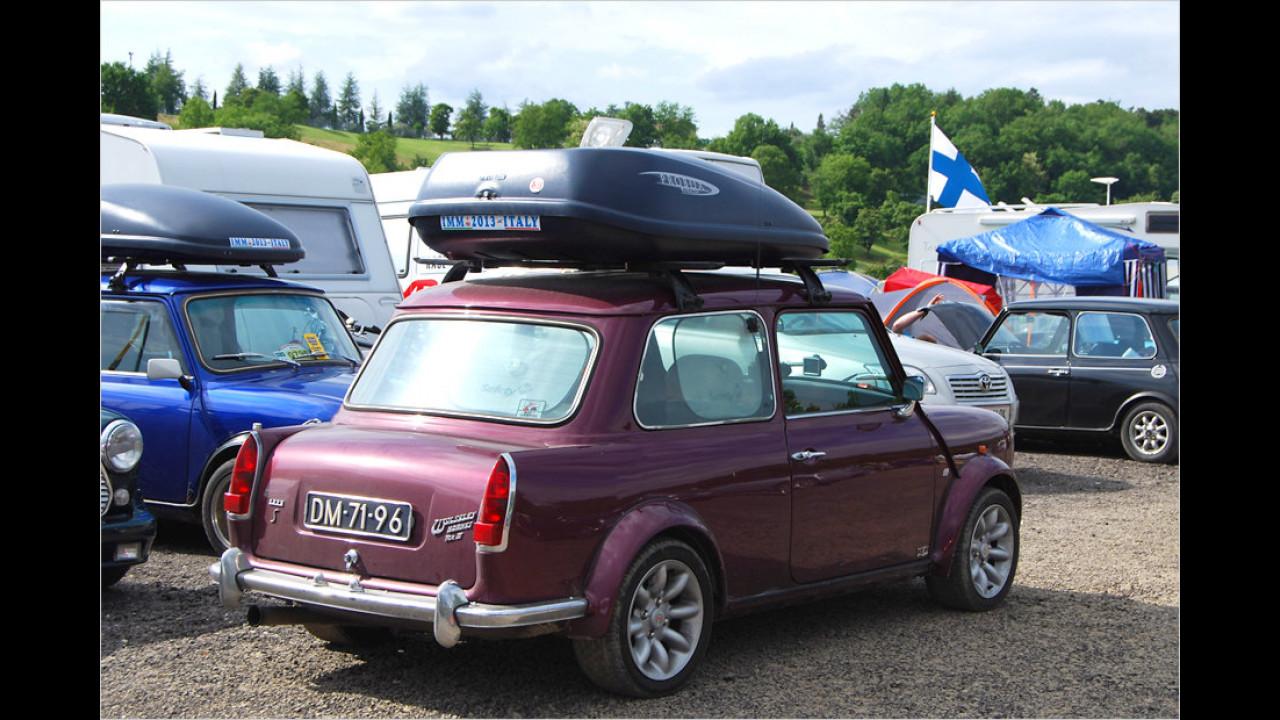 Der Wolseley Hornet ist eine Stufenheck-Limousine auf Basis des Mini. Der Besitzer dieses Fahrzeugs hat zur Erhöhung des Laderaums eine Dachbox montiert.