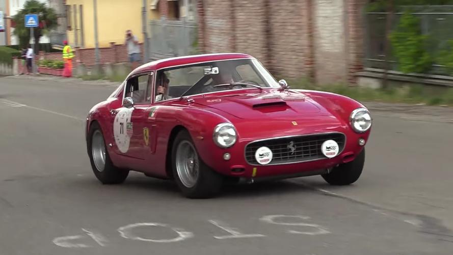 Eski yarış otomobillerinin yolları inleten kükremeleri