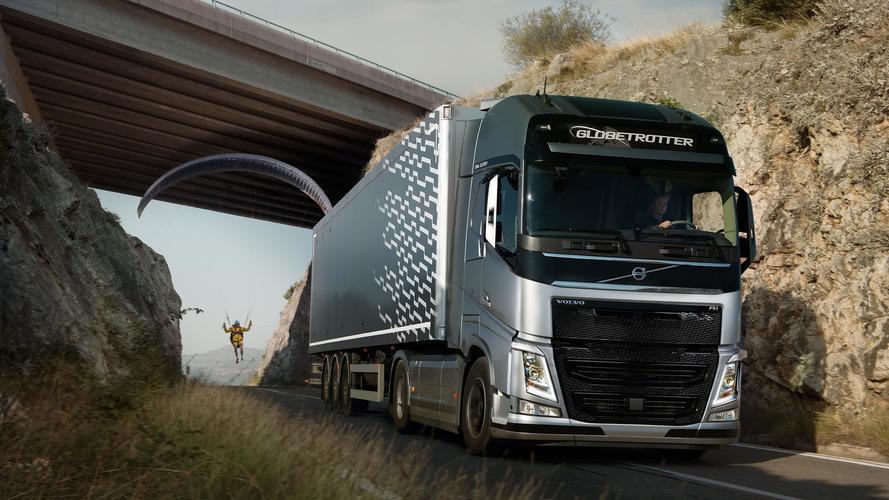 VIDÉO - Un parapentiste accroché à un camion Volvo