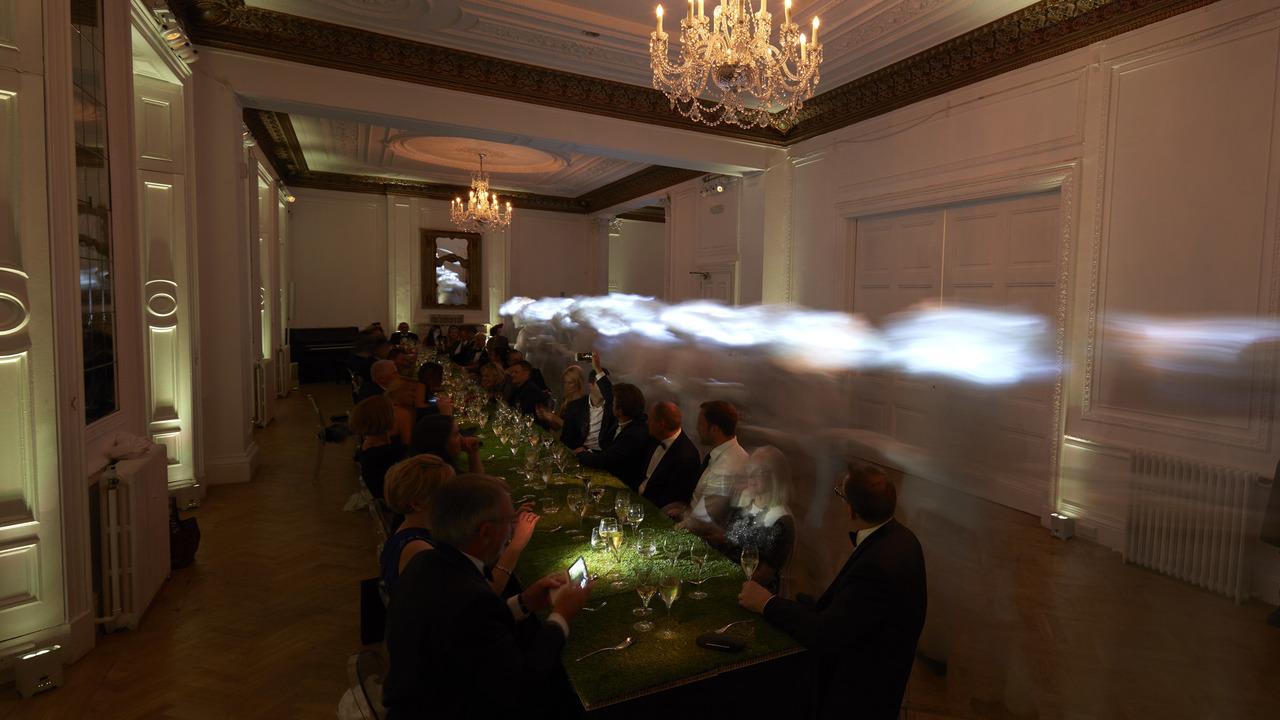 Rolls Royce ve Charles Kaisin ev sahipliğinde verilen sürrealist akşam yemeği Rolls Royce ve Charles Kaisin ev sahipliğinde verilen sürrealist akşam yemeği