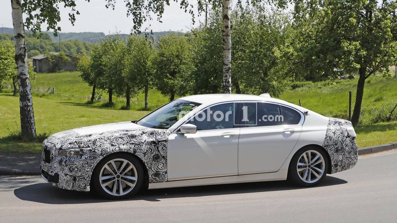 BMW 7 Series facelift spy photo