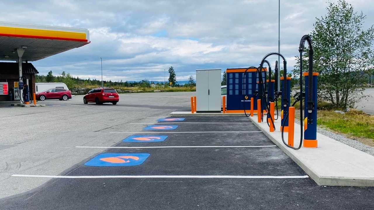 Kempower S-Series fast chargers at Shell station in Norway