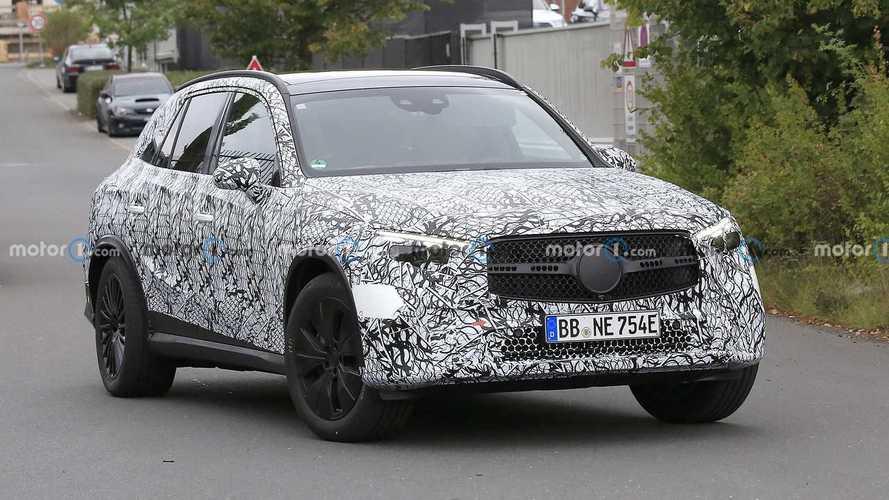 Mercedes GLC, foto spia della nuova con quattro ruote sterzanti