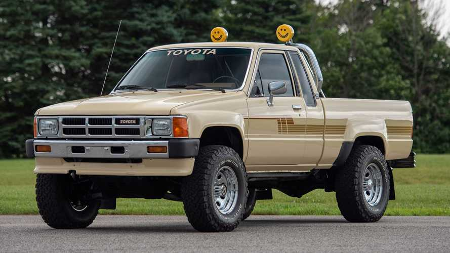 Pikap Toyota Hilux 1986 Ini Masih Sangat Bersih dan Terawat
