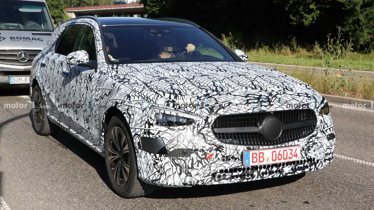 Mercedes-Benz C-Class All-Terrain Spy Photos Front 3/4