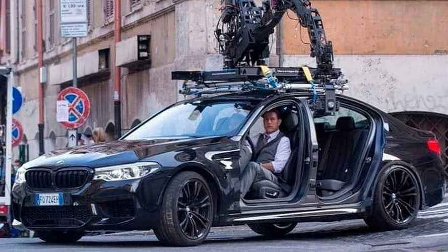 Tom Cruise egy ajtók nélküli BMW M5-öt terelgetett Rómában