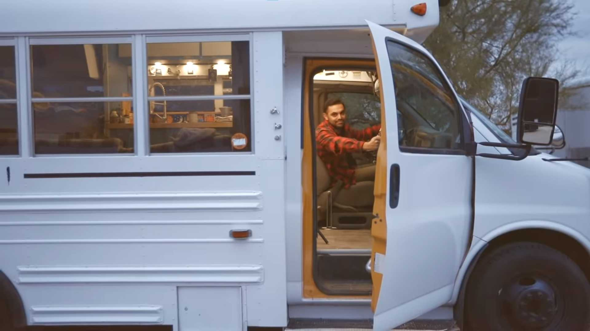 Школьный автобус, переоборудованный в мини-дом, — это дешевый фургон