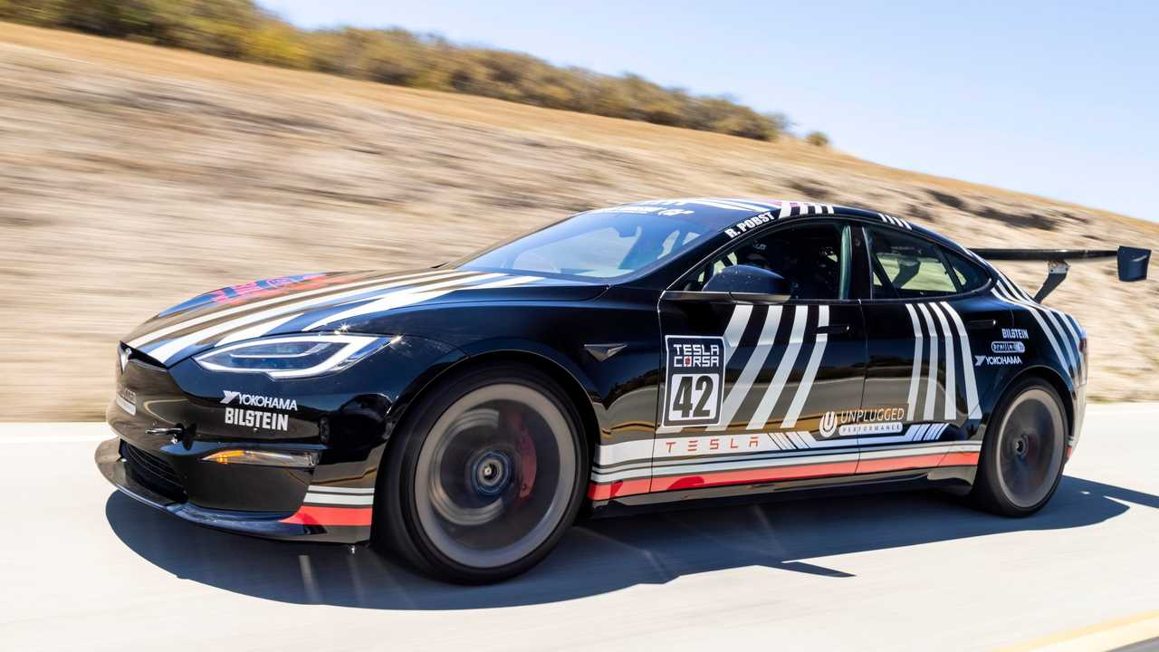 La Tesla Model S Plaid by Unplugged Performance impegnata in circuito a Laguna Seca