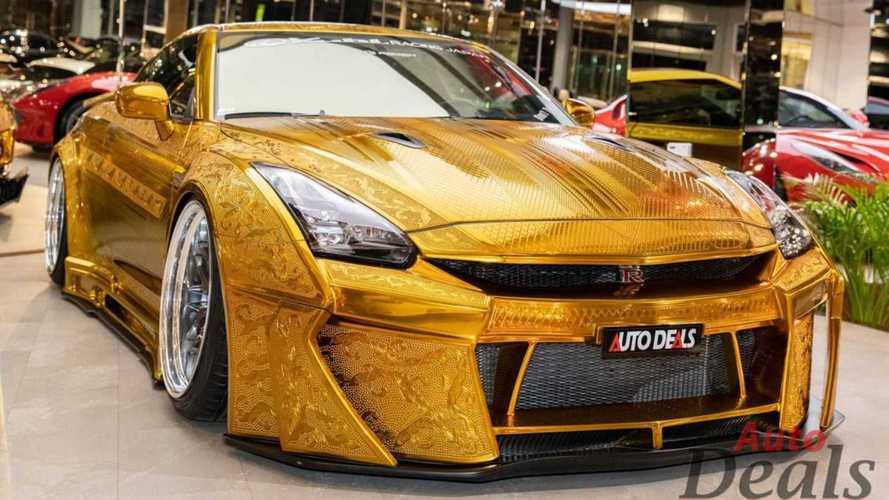 Több mint 150 millió forintért lehet megvásárolni ezt az aranyszínű Nissan GT-R-t