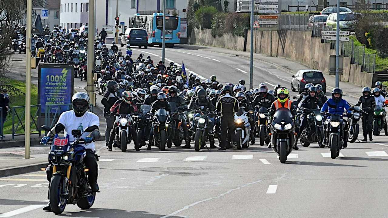 French motorcyclists protest lane splitting ban Feb 2021