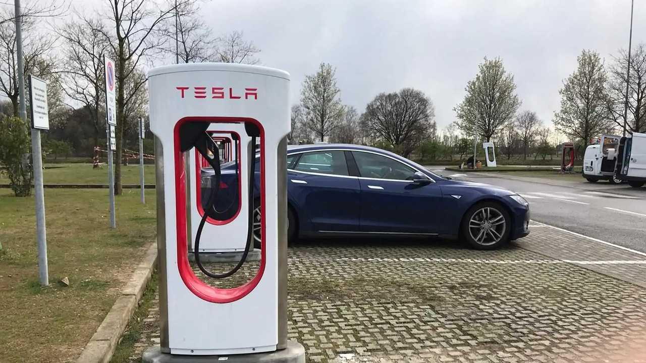 Una Tesla vicina a un Supercharger