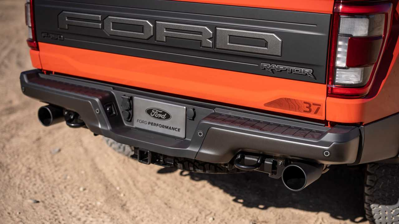 2021 Ford F-150 Raptor rear bumper and tailpipes