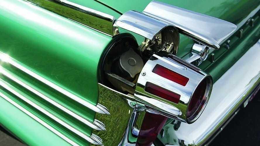 5 coches con la boca del depósito en lugares inusuales