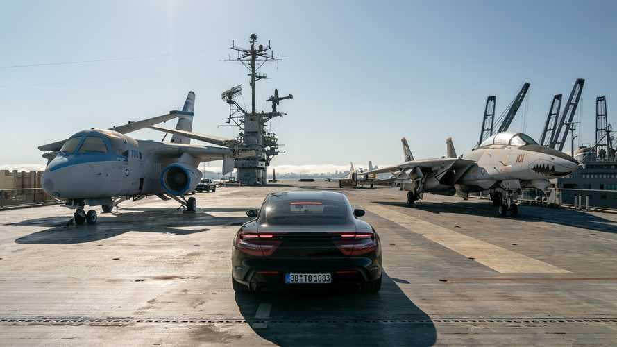 La Porsche Taycan s'illustre sur un porte-avion